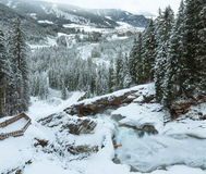 Vista di inverno della cascata delle alpi Fotografia Stock Libera da Diritti