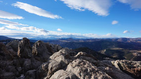 Vista di inverno della montagna rocciosa Immagini Stock