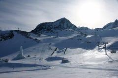 Vista di inverno delle alpi con l'elevatore di pattino Fotografia Stock