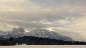 Vista di inverno delle montagne delle alpi dalla strada qui sotto Fotografie Stock Libere da Diritti