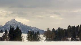 Vista di inverno delle montagne delle alpi dalla strada qui sotto Immagine Stock