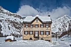 Vista di inverno di HDR di una casa alla montagna Immagine Stock
