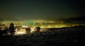 Vista di inverno di notte sul piccolo rimorchio Fotografie Stock
