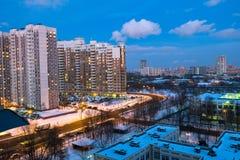 Vista di inverno di sera del distretto residenziale comodo rispettoso dell'ambiente a Mosca fotografia stock libera da diritti