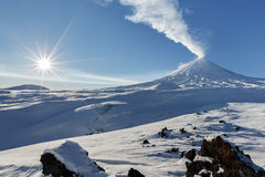 Vista di inverno sul vulcano di Klyuchevskoy di eruzione - vulcano attivo immagine stock libera da diritti