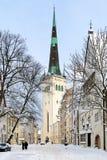 Vista di inverno sulla chiesa della st Olaf a Tallinn, Estonia Fotografia Stock