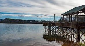 """Vista di inverno di un †""""Smith Mountain Lake, la Virginia, U.S.A. del pilastro di pesca immagini stock"""