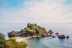 Vista di Isola Bella, sulla costa di Taormina, isola della Sicilia immagini stock libere da diritti