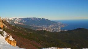 Vista di Jalta e della montagna Ayu-dag dal supporto Ai-Pétri Crimea stock footage