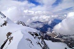 Vista di Jungfrau innevato in alpi svizzere Immagini Stock
