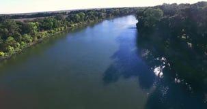 vista di 4K Arial sopra il fiume archivi video
