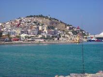 Vista di Kusadasi, Turchia Canna da pesca in priorità alta, collina con le case ed hotel nei precedenti Fotografia Stock