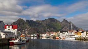 Vista di lasso di tempo del paesino di pescatori di Henningsvaer stock footage