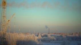 Vista di lasso di tempo di fondo urbano industriale nell'inverno al tramonto Il paesaggio industriale con i fumaioli inquina video d archivio