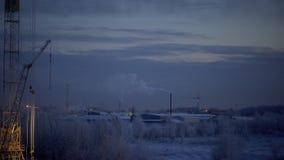Vista di lasso di tempo di fondo urbano industriale nell'inverno alla notte Il paesaggio industriale con i fumaioli inquina archivi video