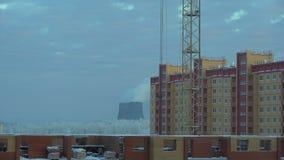 Vista di lasso di tempo di fondo urbano industriale nell'inverno nella sera Il paesaggio industriale con i fumaioli inquina archivi video