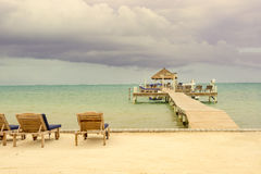 Vista di legno del bacino e di oceano del pilastro al calafato Belize i Caraibi di Caye Immagine Stock