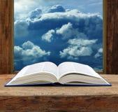 Vista di legno del cielo della finestra del libro aperto della bibbia Immagine Stock