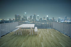 Vista di legno della città di notte del balcone Immagine Stock