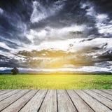 Vista di legno delle nuvole di tempesta e del pavimento Immagine Stock