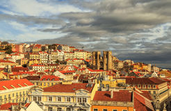Vista di Lisbona con la cattedrale Sé de Lisbona Immagini Stock