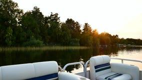 Vista di litorale di bello lago dalla barca del pontone stock footage