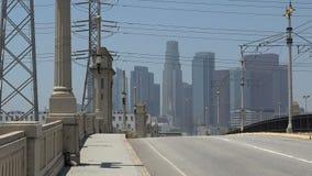 Vista di Los Angeles del centro dal primo ponte della via stock footage