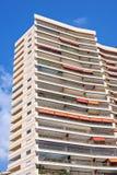 Vista di luce del giorno alla costruzione alta dell'hotel dal fondo Fotografie Stock Libere da Diritti