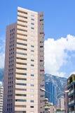 Vista di luce del giorno alla costruzione alta dell'hotel dal fondo Immagine Stock Libera da Diritti