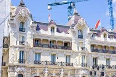 Vista di luce del giorno alla facciata alta della costruzione dell'hotel con i ornamen classici Fotografie Stock