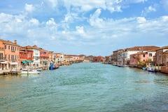 Vista di luce del giorno alla laguna veneziana ed alle barche parcheggiate fotografie stock libere da diritti