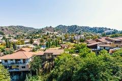 Vista di luce del giorno da sopra alle costruzioni della città e le montagne di Troodos immagine stock libera da diritti