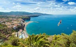 Vista di luce del giorno della linea costiera Sorrento e del golfo di Napoli, Italia Immagini Stock Libere da Diritti