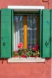 Vista di luce del giorno per impallidire la costruzione rossa della facciata Immagini Stock Libere da Diritti