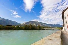 Vista di lungomare del fiume della locanda lungo la passeggiata della locanda con la montagna, Fotografie Stock Libere da Diritti