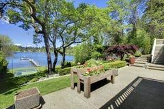 Vista di lusso del lago del bene immobile dal balcone domestico. Fotografia Stock