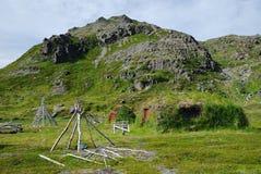 Vista di Mageroya con i blocchi per grafici di Sami e le capanne muscose. Immagine Stock
