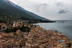 Vista di Malcesine dalla cima del castello di Scaligero, Italia fotografia stock libera da diritti