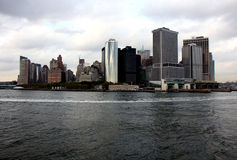 Vista di Manhattan da un traghetto dell'isola di Staten Immagine Stock