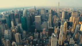 Vista di Manhattan dall'angolo superiore al tramonto archivi video
