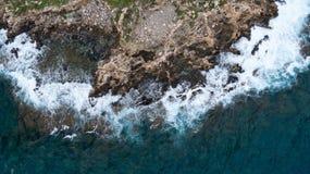 Vista di mare agitato con la costa delle rocce Fotografie Stock Libere da Diritti