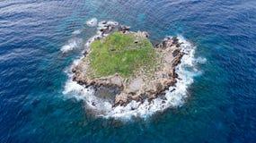 Vista di mare agitato con la costa delle rocce Immagini Stock Libere da Diritti