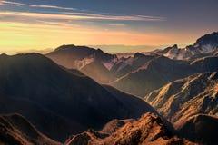 Vista di marmo del montagna di Alpi Apuane e della cava al tramonto Carrara Fotografia Stock