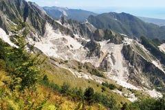 Vista di marmo della cava dal campo Cecina Mar Mediterraneo visibile Fotografia Stock Libera da Diritti