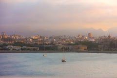 Vista di Marsiglia durante l'alba fotografie stock libere da diritti