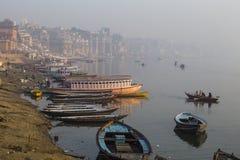 Vista di mattina ai ghats santi di Varanasi, India immagini stock libere da diritti