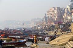Vista di mattina ai ghats santi di Varanasi, India fotografie stock