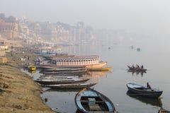 Vista di mattina ai ghats santi di Varanasi, India immagini stock