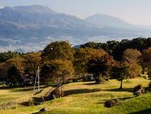Vista di mattina dei 5 picchi di Aso dall'orlo del sud della caldera vulcanica di Aso fotografie stock