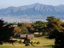 Vista di mattina dei 5 picchi di Aso dall'orlo del sud della caldera vulcanica di Aso fotografia stock libera da diritti